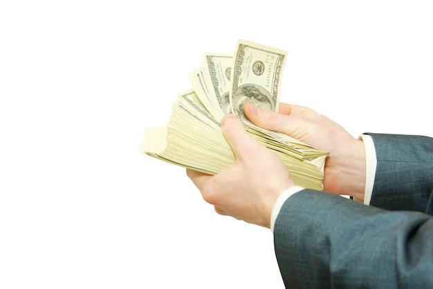 Ręka z pieniędzmi na białym tle