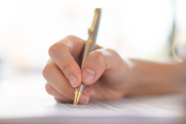 Ręka z piórem nad formularz wniosku