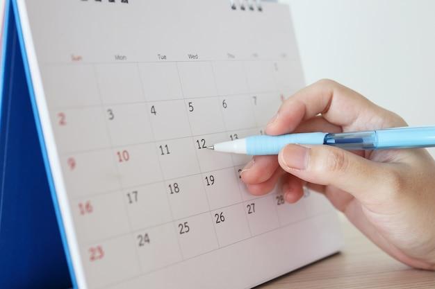 Ręka z piórem, pisanie w dniu kalendarzowym