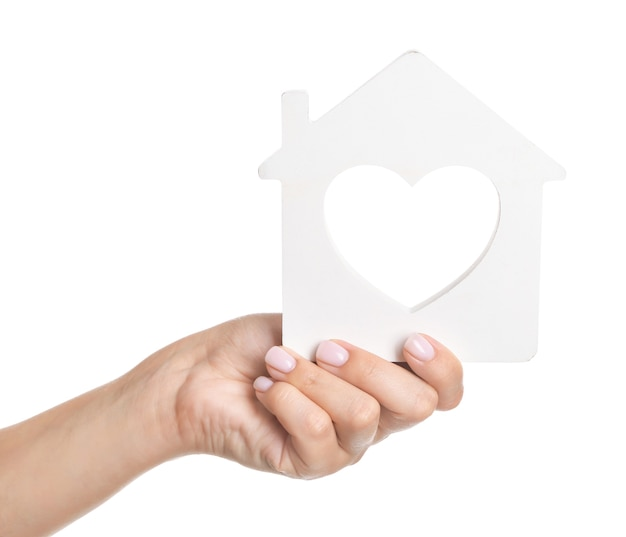 Ręka z postacią domu. koncepcja kredytu hipotecznego