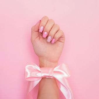 Ręka z romantyczny manicure paznokcie, projekt serca
