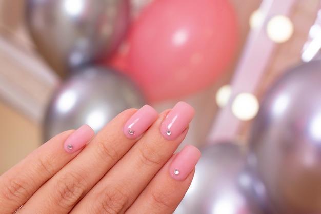 Ręka z romantyczny manicure paznokcie
