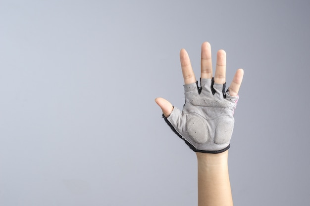 Ręka z rowerową rękawiczką pokazuje otwartą rękę