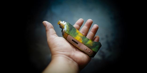 Ręka z rozpylanym kapiącym atomizerem