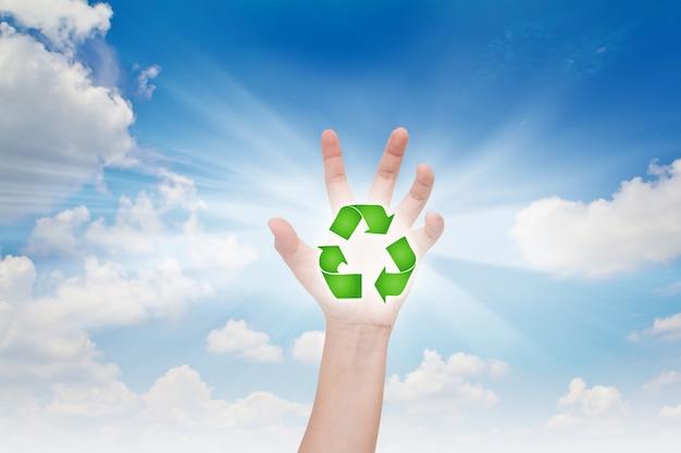 Ręka z symbolem recyklingu