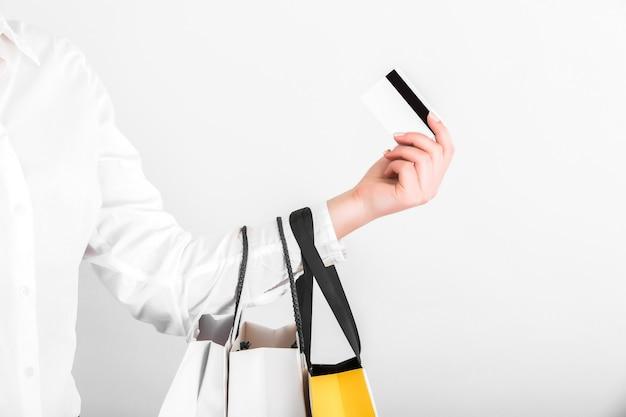 Ręka z torby na zakupy i karty kredytowej