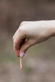Ręka z zapałką