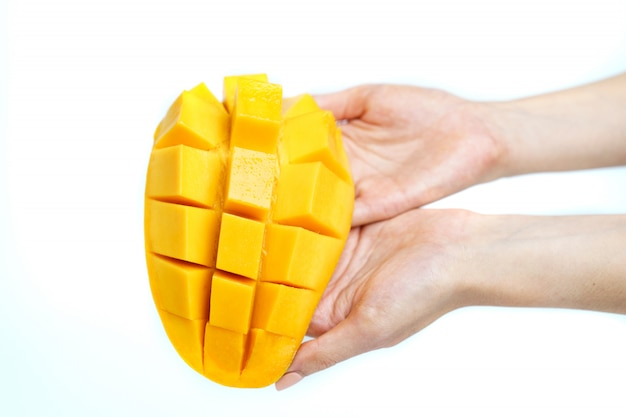 Ręka z żółtym mango