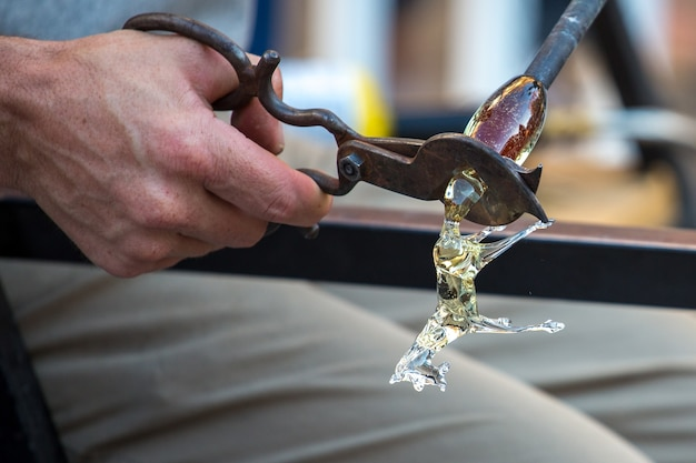 Ręka za pomocą narzędzia nożyczki
