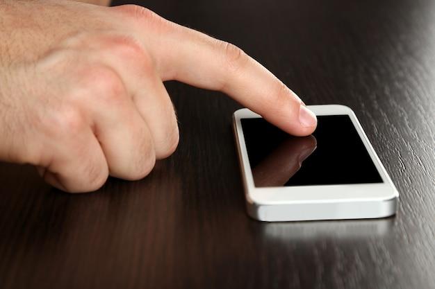 Ręka za pomocą trzymania tabletu pc na drewnianym stole