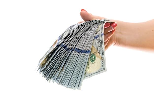 Ręka ze stosem banknotów dolarowych na białym tle