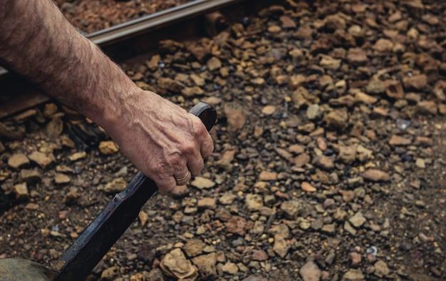 Ręka ze złotym pierścieniem chwyta dźwignię, aby zmienić za pośrednictwem ferrea na starym dworcu