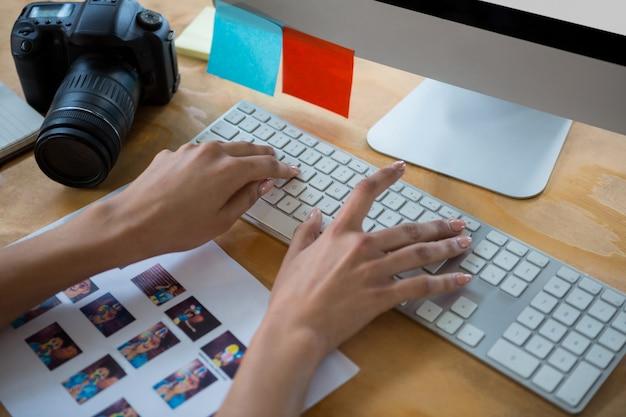 Ręka żeński projektant graficzny pisania na klawiaturze