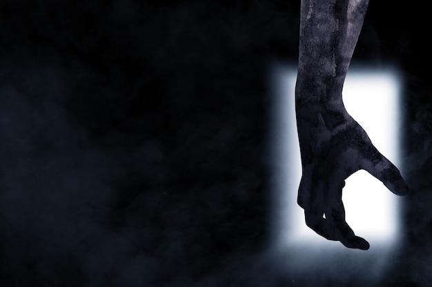 Ręka zombie z krwią i raną na jasnym tle drzwi