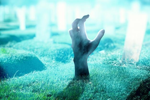 Ręka zombie z krwią i raną podniesioną z cmentarza