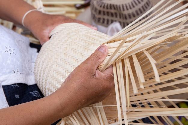 Ręka zrobić biały bambusowy busket