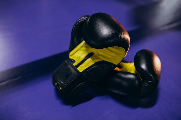 Rękawice bokserskie leżące na pustym pierścieniu