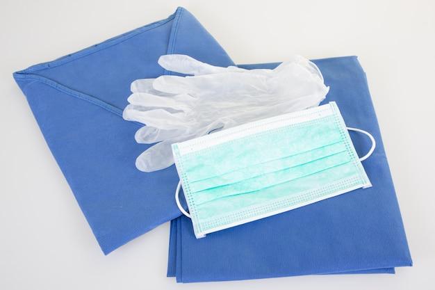 Rękawice coronavirus, maska i spodnie ochronne oraz najwyższy sprzęt wirus corona koncepcja grypy covid-19