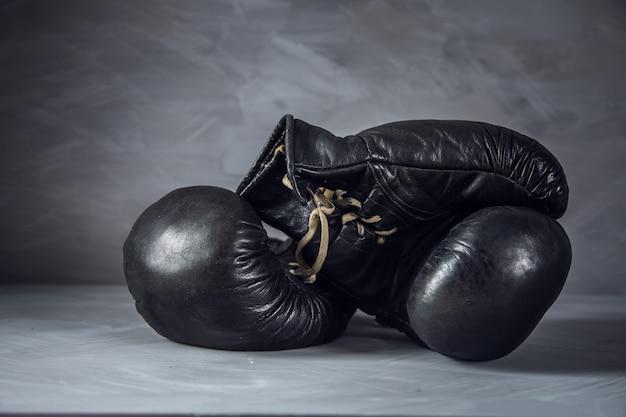 Rękawice do boksu w abstrakcyjnej szarości