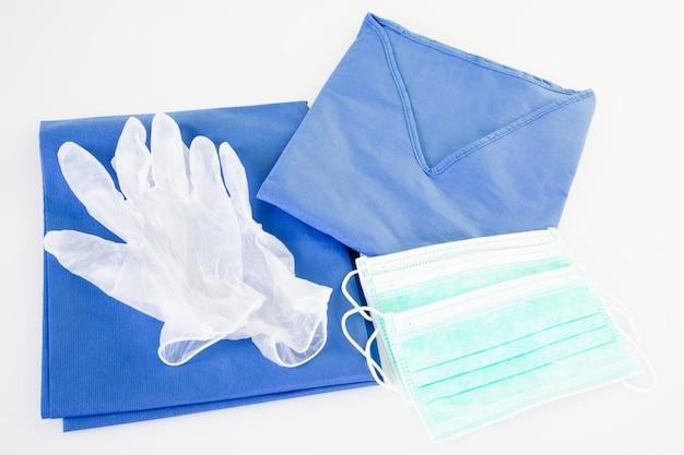 Rękawice medyczne z odzieżą ochronną i maską z koronawirusem koncepcja covid-19 dla munduru pielęgniarki i lekarza