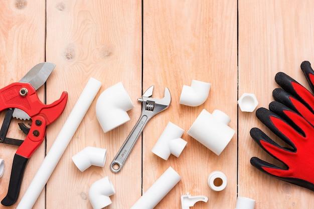Rękawice robocze i obcinak do rur polipropylenowych.