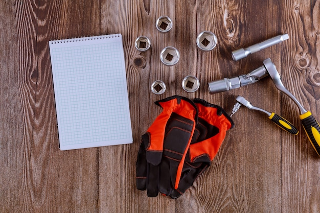 Rękawice robocze w komplecie z kluczem uniwersalnym samochodowym zestaw kluczy do naprawy samochodów mechanik samochodowy