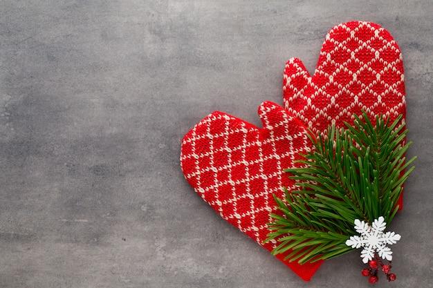 Rękawiczki dziecięce w tle z dekoracjami świątecznymi.