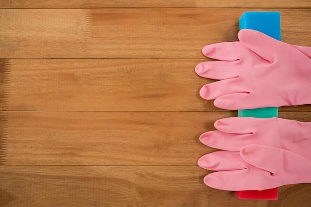 Rękawiczki na kostkach mydła przy stole