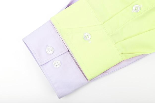 Rękawy żółto-różowej koszuli na jasnym tle. moda i uroda w ubraniach