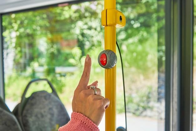 Rękę, aby nacisnąć przycisk zatrzymania autobusu z bliska!