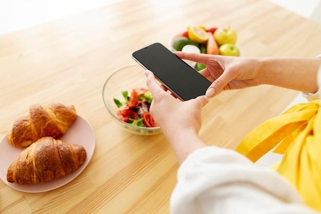 Ręki bierze fotografię jedzenie