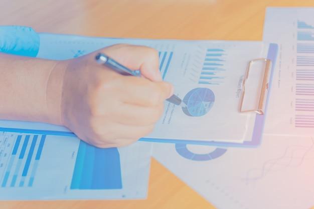 Ręki biznesmen pracuje na laptopie z dane mapami