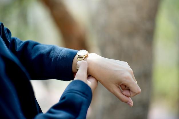 Ręki i nadgarstek zegarki być ubranym czasu widoku pojęcie z kopii przestrzenią
