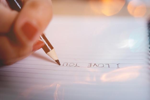 Ręki i ołówka obrazki ucznie pisze edukaci pojęciu z kopii przestrzenią