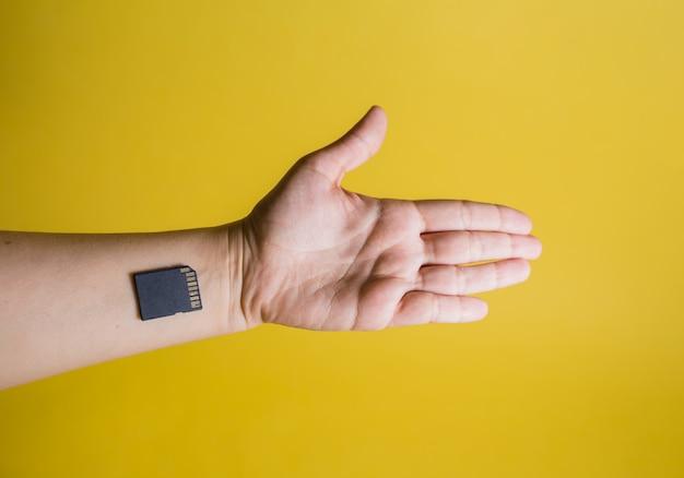 Ręki i układu scalonego zakończenie na żółtej przestrzeni z kopii przestrzenią. elektroniczna rejestracja ludności. odłupywanie ludzi. kontrola ruchu.
