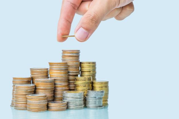Ręki kładzenia pieniądze sterta moneta, oszczędzanie pieniądze pojęcie