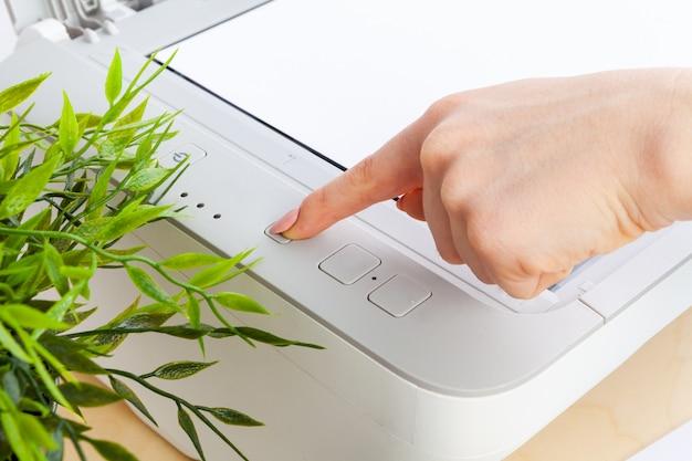 Ręki kobieta używa kopiowej maszyny zakończenie up