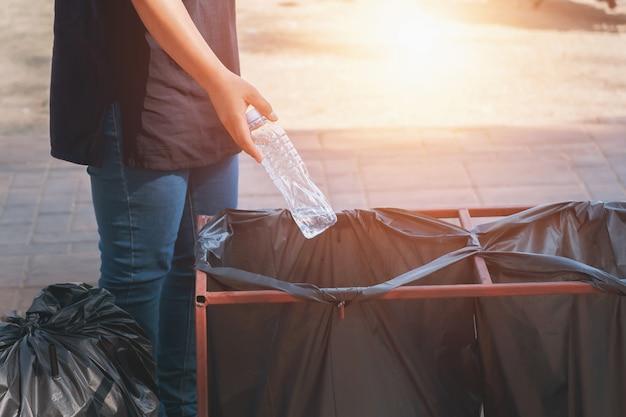 Ręki mienia butelka wewnątrz gagbage z powrotem dla przetwarza