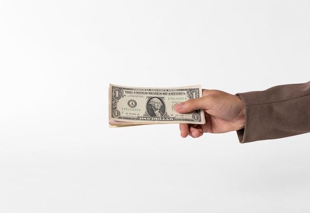 Ręki mienia pieniądze odizolowywający na bielu.