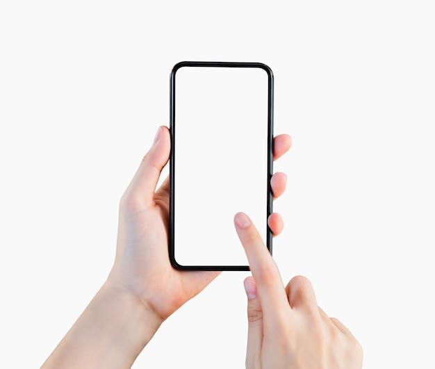 Ręki mienia smartphone pusty ekran na odosobnionym.