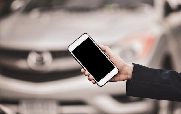 Ręki mienia telefonu ostrość na ekranie pustym