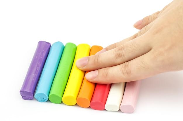 Ręki odciskania pręt kolorowy plasteliny ułożenie na białym tle