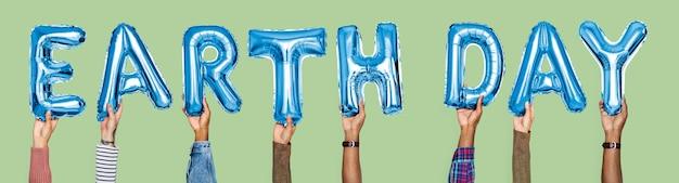 Ręki pokazuje ziemskiego dnia balonów słowo