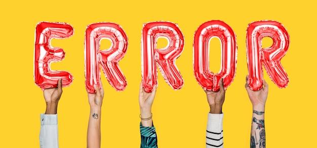 Ręki trzyma błędu słowo w balonowych listach