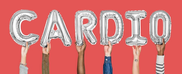Ręki trzyma cardio słowo w balonowych listach