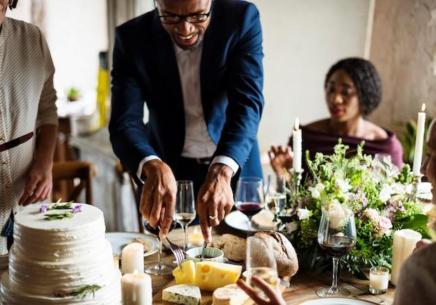 Ręki trzyma nóż i rozwidlenie dostaje jedzenie z naczynia