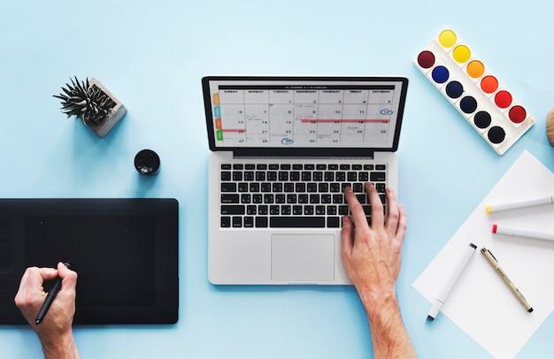 Ręki używać komputerowego laptop z projekt przestrzenią