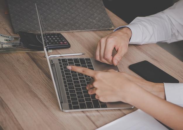 Ręki wskazuje na laptopie dla biznesowego spotkania