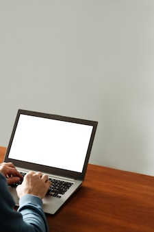Reklama e-commerce. laptop z białym ekranem. nowoczesna technologia