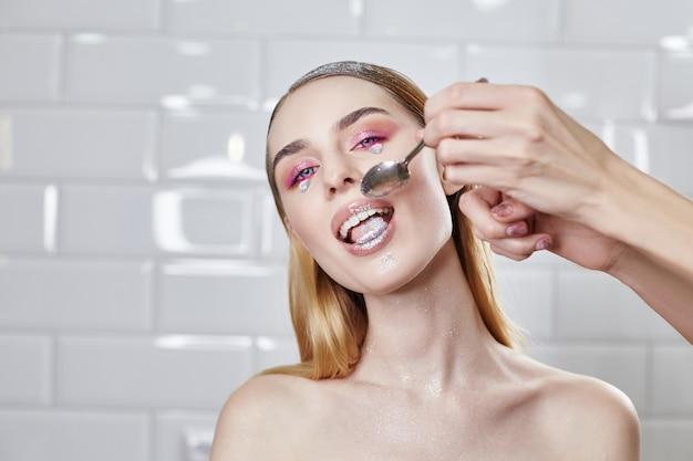 Reklama makijaż piękne pulchne usta jasny róż, wygląd kobiety, salon kosmetyczny. reklamowa pielęgnacja twarzy, doskonałe usta, makijaż i kosmetyki fashion beauty